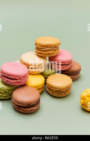 Vintage de color pastel o macarons macarons franceses sobre fondo verde