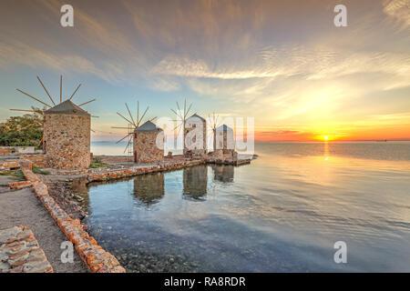 El Amanecer en los famosos molinos de viento en la isla de Chios, Grecia Foto de stock