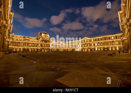 París, Francia - 21 de diciembre de 2018, el Museo del Louvre: patio interior iluminado en la noche