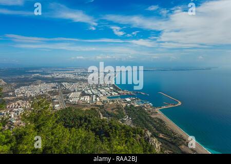 Hermosa vista de pájaro de la ciudad de Antalya en Turquía y el increíble cielo azul y agua de mar. Horizontal de la fotografía a color.