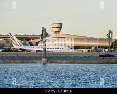 Avión Air Bus de Air France hasta la puerta de rodadura en el Aeropuerto Internacional de Miami, Miami, Florida, USA.
