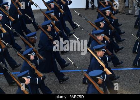 La Fuerza Aérea de EE.UU. Color Guard marchas a lo largo de Pennsylvania Avenue durante el desfile inaugural del Departamento de Defensa de ensayo general en Washington, D.C., el 15 de enero de 2017. Más de 5.000 militares a través de todas las ramas de las fuerzas armadas de los Estados Unidos, incluidos los componentes de la reserva y la Guardia Nacional, proporcionó apoyo ceremoniales y de Apoyo a la defensa de las autoridades civiles durante el período inaugural. Foto de stock