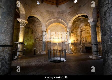 Interior de la Iglesia de San Giovanni al Sepolcro en la ciudad de Brindisi (Italia), mostrando las columnas de mármol y granito y la muralla medieval frescos