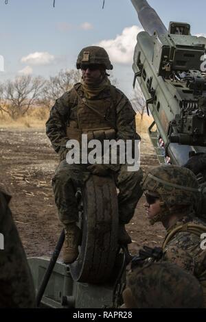 Cuerpo de Marina de los EE.UU. Lance Cpl. Colin Barlow, un número 2 con alfa cannoneer BATERÍA, 1º Batallón, 12 infantes de Marina, que actualmente se atribuye a Alfa BATERÍA, 3º Batallón, 12 infantes de marina se sienta en un obús M777A2 durante un período intermedio, en la zona de maniobra Hijudai, Japón, 27 de febrero, 2017. Los infantes de marina y marineros participar en el programa de capacitación de reubicación de artillería para proporcionar información oportuna y precisa de los incendios para sostener la especialidad del trabajo militar habilidades, entrenar Marines/marineros en aptitudes comunes, y promover la educación militar profesional para el objetivo general de mejorar la preparación operacional de combate un