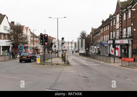 Mirando al norte en el cruce del Camino de Nash y Kenton Road, Londres, Inglaterra, en un día nublado en enero.