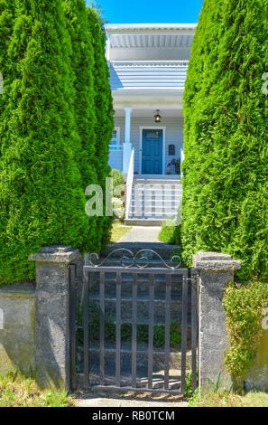 Puerta de hierro en la parte delantera de la casa con los pasos y el camino que lleva a la entrada