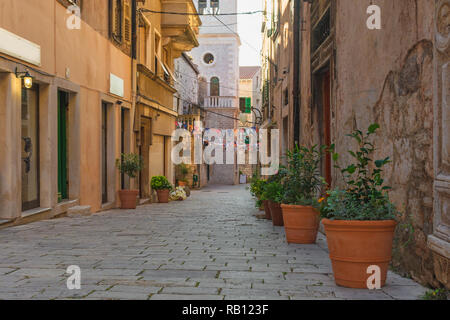 Antiguas calles medievales adoquinados acogedor en Split, Croacia, Dalmacia