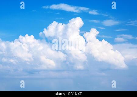 Panorámicas de nubes en el cielo azul