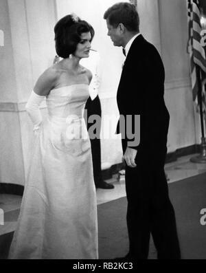 El Presidente de Estados Unidos, John F. Kennedy y la Primera Dama, Jacqueline Kennedy en la Casa Blanca una cena en honor de André Malraux, Ministro de Estado de Asuntos Culturales de Francia.
