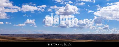 Nubes panorámica sobre colinas y campos