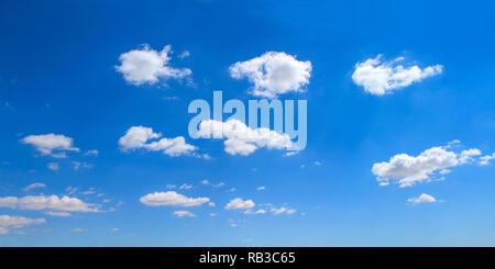 Vista panorámica de cielo azul, brillante día nublado.