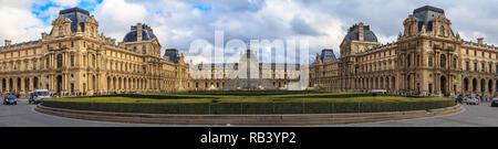 París, Francia - 25 de octubre, 2013: Vista panorámica de la fachada del famoso Museo del Louvre, uno de los museos de arte más grande del mundo y un histórico monu