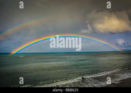 Impresionante arco iris sobre lovely Kahana Beach en Maui, Hawai. Situado entre Kaanapali y Kapalua, en la costa noroeste.