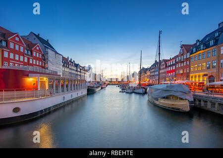 Vista panorámica de la ciudad histórica de Nyhavn en Copenhague, Dinamarca.