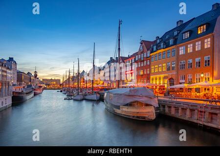 En la noche de la ciudad de Copenhague con vistas a Nyhavn en Dinamarca.