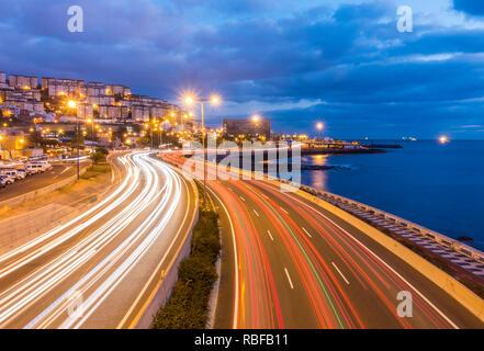 Mañana la hora pico de tráfico de autopistas partida dentro y fuera de la capital, Las Palmas de Gran Canaria, Islas Canarias, España