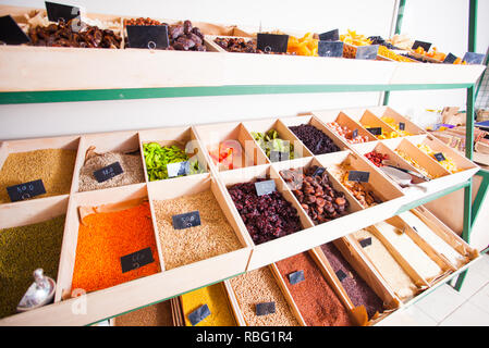 Diversos alimentos saludables stuff en pequeña tienda ecológica con self-service y el concepto de cero residuos. Cereales, frijoles, lentejas, nueces y frutas secas establecidas o