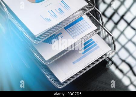 Pila de documentos financieros plegar close-up