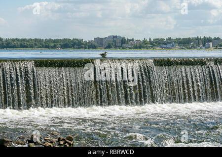 Regula el flujo de agua que fluye a través del centro de una ciudad. Rusia, Lipetsk.