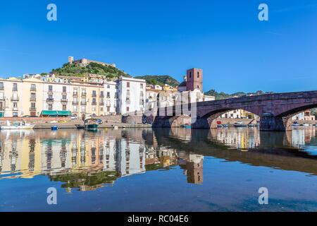 Paisaje Urbano del pintoresco pueblito Bosa en Cerdeña, Italia