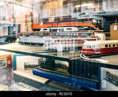 París, Francia - Jan 30, 2018: Almacén de fachada acristalada vendiendo varios trenes de juguete modelo coleccionable con todos los ferrocarriles en el mundo en el centro de París, Francia