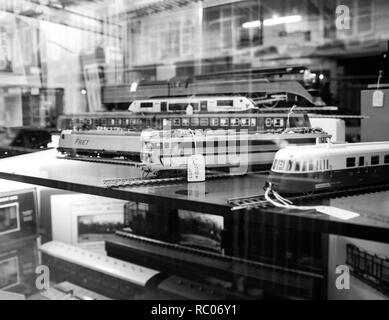 París, Francia - Jan 30, 2018: Almacén de fachada acristalada vendiendo varios trenes de juguete modelo coleccionable con todos los ferrocarriles en el mundo en el centro de París, Francia, en blanco y negro