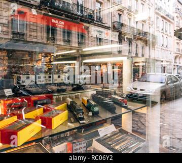 París, Francia - Jan 30, 2018: reflexión escaparate fachada vendiendo varios trenes de juguete modelo coleccionable con todos los ferrocarriles en el mundo en el centro de París, Francia