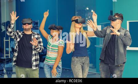 Amigos jugando en grupo multirracial vr interior - gafas de realidad virtual y tecnología portátil concepto con jóvenes divirtiéndonos juntos conexión w