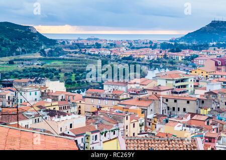 Vista aérea del castillo de Bosa, una pequeña aldea colofrull en Cerdeña, Italia