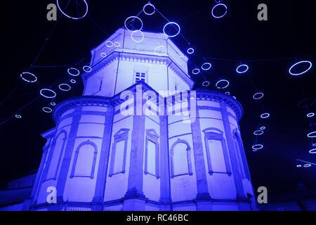 Escena nocturna de la iglesia de Monte dei Cappuccini iluminado en azul
