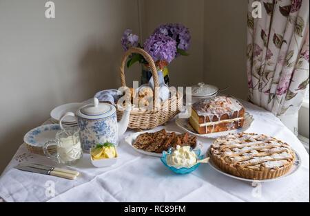 Casera tradicional té de la tarde con scones, tetera, Brack, Lemon drizzle cake