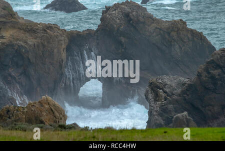 Keyhole hermosas formaciones de rocas en el Océano Pacífico cerca de Big Sur, California, en el día brumoso