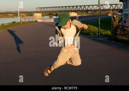 Little Boy saltando con su sombra, Hohnstorf, Baja Sajonia