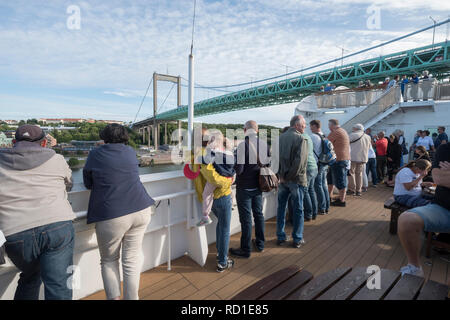 Los turistas fotografía cuando el ferry se ejecuta bajo Älvsborgsbron, Gotemburgo, Västergötland, Suecia.