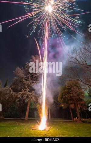 Un impresionante espectáculo de fuegos artificiales durante la celebración de Nochevieja para el comienzo de un feliz año nuevo en una agradable Navidad en España en la ciudad de Madrid