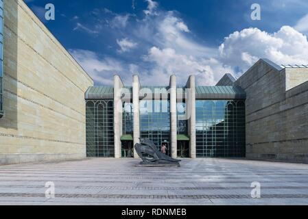 Entrada de la Neue Pinakothek, delante la escultura de Marino Marini, Munich, la Alta Baviera, Baviera, Alemania