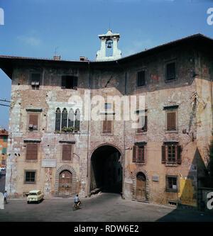 1960, vista desde este momento del Plazzo dell'Orologio en la Plazza dei Cavalieri, Pisa, Toscana, Italia, un antiguo edificio medieval que data del siglo 14. Originalmente una casa y torre, estaban conectados en c1605 por un edificio que lleva un reloj y un arco.