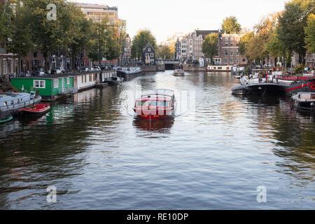 Vista típica del terraplén del canal en el centro histórico de la ciudad, Ámsterdam, Países Bajos