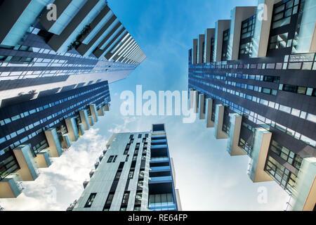 Bajo perspectiva de Milán modernos bloques de apartamentos con grandes balcones mirando desde abajo como ellos convergen contra un cielo azul