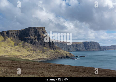 Waterstein Head y Moonen Bay desde Neist Point, Isla de Skye, Escocia Foto de stock