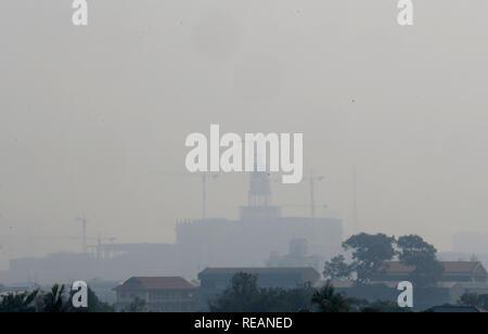 Una vista general de la ciudad durante una mala calidad del aire día en Bangkok. Bangkok, la contaminación del aire empeoró la crisis hoy como predicho, con varias ubicaciones a lo largo de las carreteras principales y 16 otras zonas reporting niveles inseguros de PM2.5, las partículas transportadas por el aire que amenazan la salud de 2,5 micrómetros o menos de diámetro.