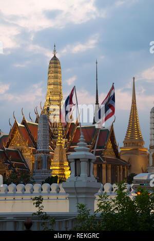 Bangkok, Tailandia, vistas del Gran Palacio y Wat Phra Kaew desde fuera de las murallas en las primeras horas de la noche Foto de stock