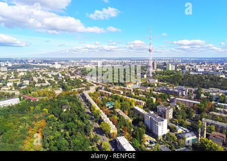 Vista aérea de las calles de la ciudad de Kiev con el parque y la torre de la televisión de alta de acero contra el cielo azul brillante día soleado om