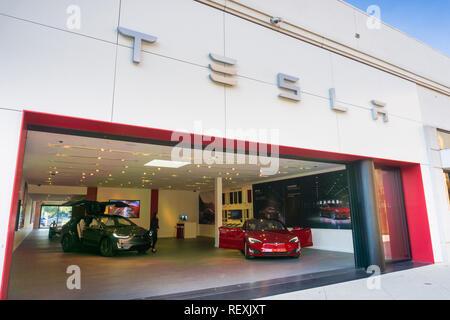 Diciembre 7, 2017 Palo Alto / CA / USA - Tesla showroom mostrando Tesla modelo S y Tesla modelo X, ubicado en el exclusivo shopping de Stanford al aire libre