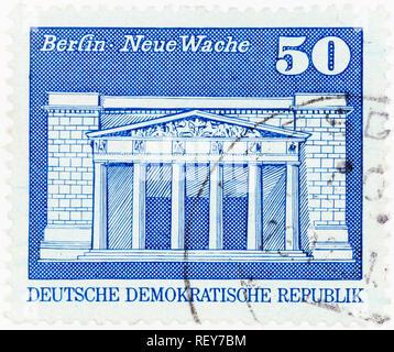 Alemania oriental: circa 1973: un sello impreso en la República Democrática Alemana, muestra nueva caseta de vigilancia de un edificio en Berlín, circa 1973.