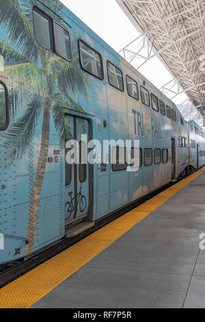 La nueva estación Tri-Rail y trenes en el aeropuerto de Miami. La ruta ferroviaria lleva pasajeros al norte de Fort Lauderdale y más allá hasta la estación del Parque Mangolia.