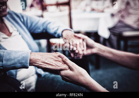 Enfermera teniendo cuidado de una mujer mayor