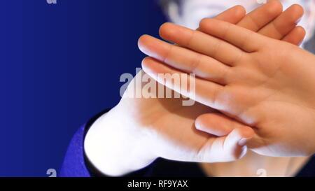 Adolescente mantiene sus manos cruzadas delante de su rostro, para protegerse de un extraño, material ideal para representar los problemas de intimidación y depresión