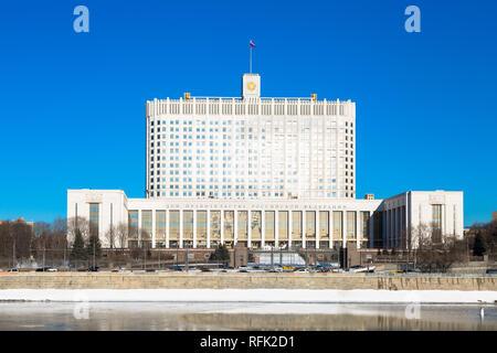"""Casa Blanca rusa en Moscú. Título de un edificio se traduce: """"La Casa del Gobierno de la Federación de Rusia"""". Foto de stock"""