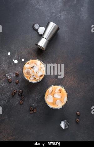 White Russian cócteles con vodka, licor de café y crema. Helado casero Alcohol Boozy White Russian o Lebowski bebida con los granos de café en rústico b